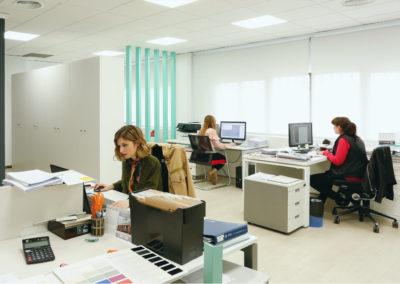 Foto panorámica de las oficinas de MBY. Muestra tres personas trabajando con ordenador.