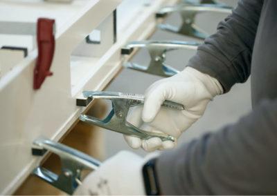 Operario fabricando pieza de Krion (Solid Surface)