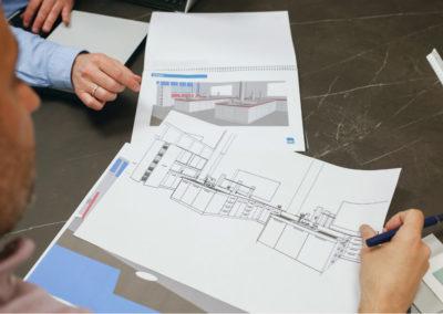 Técnicos de MBY discutiendo diseño de un proyecto de mobiliario laboratorio con cliente