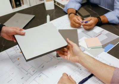 Reunión donde se discute el uso de compacto fenólico de alta presión para su uso en mesas de laboratorio