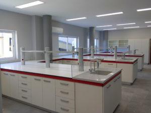Foto de mobiliario de laboratorio químico. Mueble autoportante y superficie Trespa Toplab Plus.